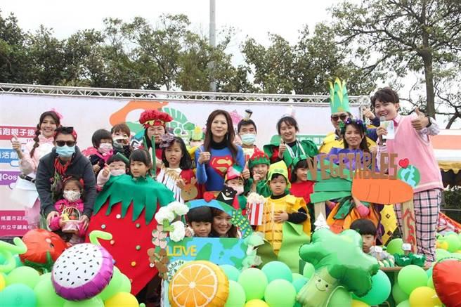桃園市第一屆市長盃創意蔬跑親子嘉年華5日熱鬧開場,運動場頓時被「蔬果人」擠爆。(黃婉婷攝)