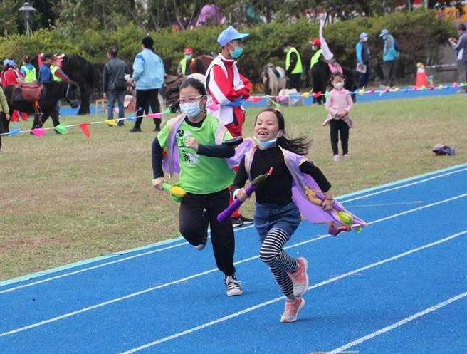 孩子們拿著蔬果形狀的接力棒,奮力跑向終點。(黃婉婷攝)