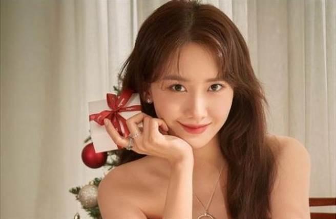 潤娥穿上一件大紅色平口禮服火辣秀出白皙直角肩及鎖骨。(圖/IG@limyoona__official)