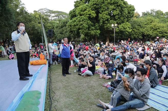 台南市政府規畫耶誕跨年系列活動,5日下午在麻豆總爺藝文中心舉行「野餐音樂會」,還邀請劇團演出,現場吸引超過5000名親子參與,享受優閒午後時光。(台南市政府提供/莊曜聰台南傳真)