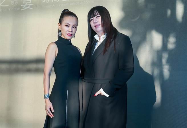 彭佳慧(左)身穿潘怡良設計師(右)作品。(粘耿豪攝)