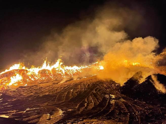 新港一處農田發生火警,火勢一發不可收拾。(擷取自縣議員葉孟龍臉書/張亦惠嘉縣傳真)
