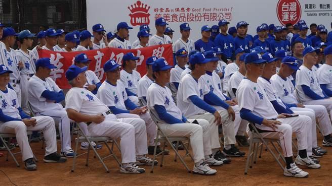 第三屆美和華興傳承菁英賽今天在美和中學舉行,雙方棒球OB校友喜相逢。(廖德修攝)
