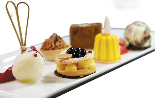 「繽紛甜點區」的甜點,多數採個人化分量製作,並以蛋糕櫃保鮮。圖/姚舜