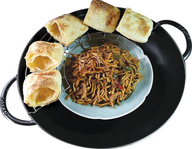 用燒餅夾〈豆干肉絲〉,〈遠東Cafe'〉改裝後,吃得到更多台灣庶民美味。圖/姚舜