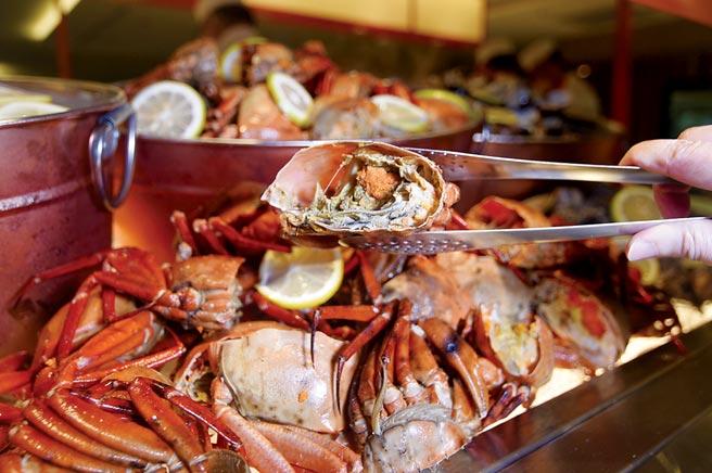 「海鮮餐檯」單是螃蟹就有七種以上選擇。圖/姚舜