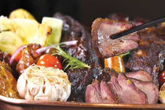 〈厚切炭烤牛舌〉不再是燒肉店專屬菜式,香格里拉台北遠東國際大飯店自助餐廳〈遠東Cafe'〉也吃到飽。圖/姚舜