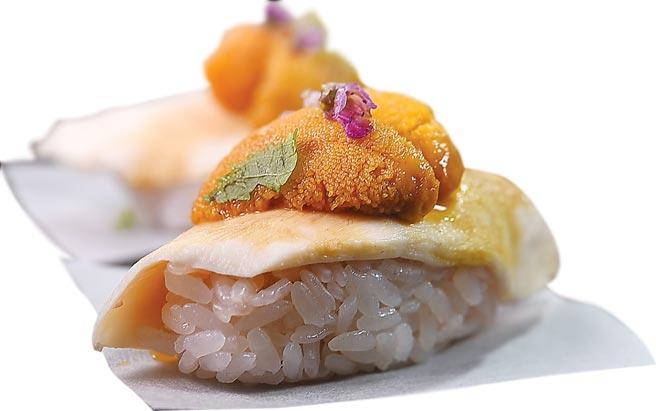 〈鳥苑〉主廚Tommy湯仲鴻設計的這道握壽司,是以Sous-vide後的雲林土雞胸肉以烤雞醬汁提味,搭配北海道海膽,越光米飯則用覆盆子醬汁提味。圖/姚舜