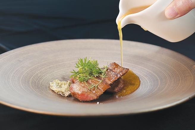 〈和隋之珍〉,是以炭烤澳洲和牛厚切牛舌搭配用煮到腴爛的白木耳增加湯質濃稠的牛肉湯呈現,展現另類的料理思維。圖/姚舜
