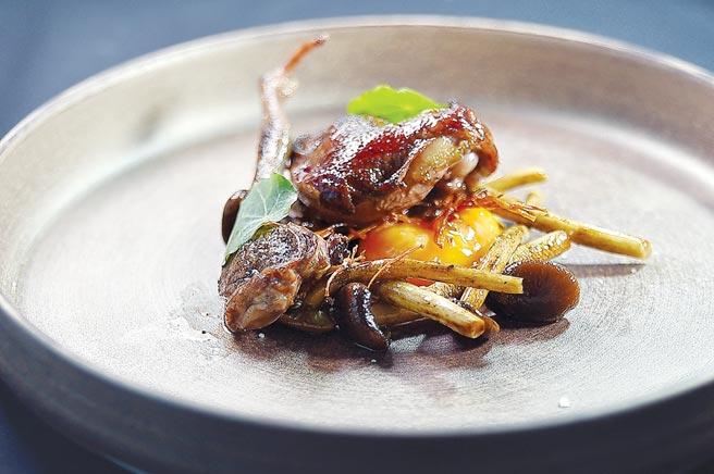 套餐的壓軸菜式〈稻燒屏東乳鴿.風乾金針菇.柳松菇〉,是Tommy湯仲鴻用屏東的「血鴿」用炭火直烤,並用溏心蛋黃增加滑潤度。圖/姚舜