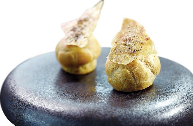〈雞皮肝醬泡芙〉,泡芙內以雞肝醬作餡,上層以烤脆的雞皮搭配增加口感。圖/姚舜
