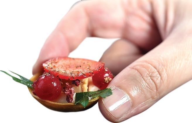 〈莓果鴨肝塔〉,是〈MIRAWAN〉主廚Josh鄭裕錞設計,法式塔皮中有西西里紅椒味的白醬和鴨肝,上層則有草莓和蔓越莓。圖/姚舜