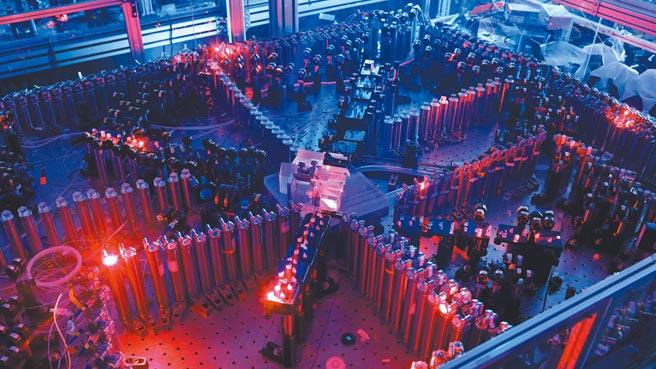 中國科學技術大學宣布該校成功構建76光子的量子計算原型機「九章」,速度是谷歌的100億倍。圖為光量子干涉實物圖,左下方為輸入光學部分,右下方為鎖相光路。(新華社)