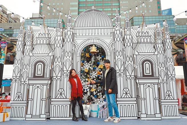 新北耶誕市集告白幸福鐘及網紅打卡牆,盼大家願望都能成真。(新北市經發局提供/葉德正新北傳真)