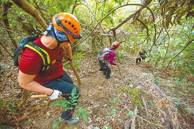 消防局呼籲,柴山祕境地勢特殊、風險高,民眾攀登最好學會用手機報座標、看離線地圖,帶齊裝備再出發。(袁庭堯攝)
