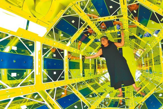 第2屆落山風藝術季將於18日在車城鄉海口港登場,近日以「科幻」為題的裝置藝術陸續進駐後,吸引不少遊客搶先拍。(謝佳潾攝)