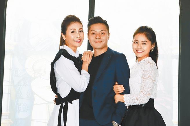 梁佑南(左起)昨與龍鳳胎兒女方璿、方琦分享投資餐酒館心情。(民視提供)
