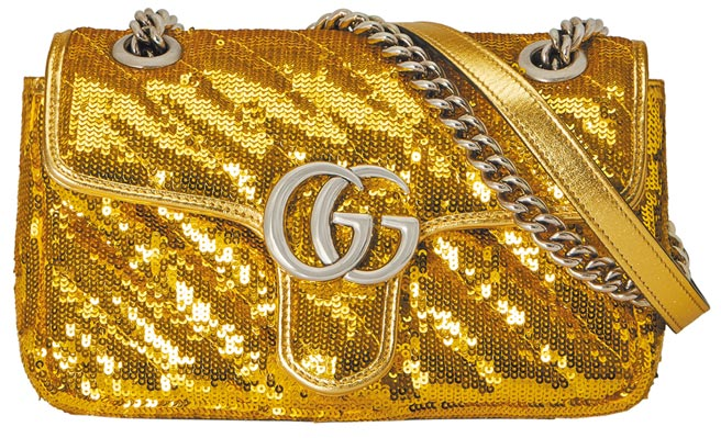 Gucci GG Marmont金色亮片迷你肩背包,8萬2000元。(Gucci提供)