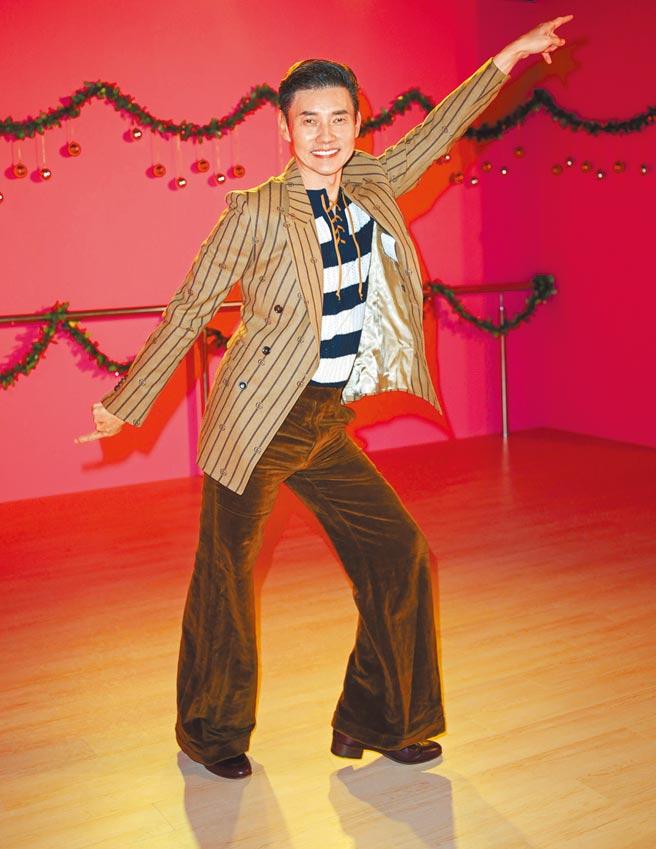 包偉銘童心大發,現場玩起80年代的代表玩具溜冰鞋。Gucci黑色條紋抽繩T shirt,4萬3500元;棕色條紋西裝外套,8萬7000元;咖啡色寬褲,4萬2000元;酒紅GG Logo皮鞋,2萬8700元。(吳松翰攝)