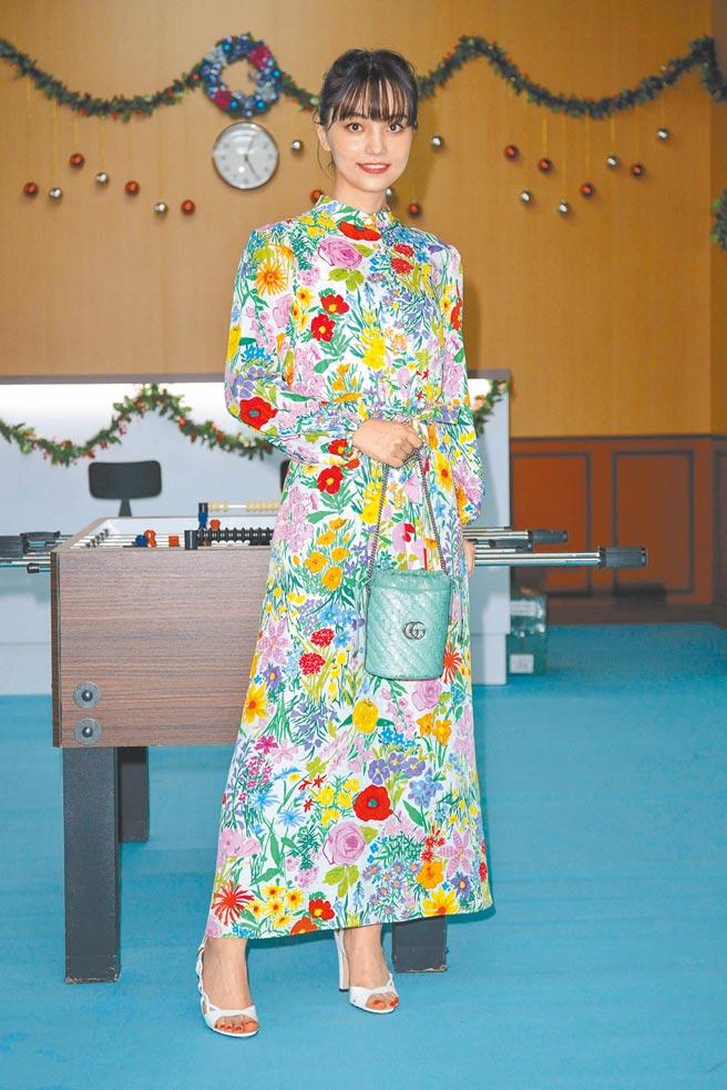 黑嘉嘉以碎花洋裝空靈現身,她說自己是包包控,家裡大大小小收了20多個包。Gucci Flora印花洋裝,9萬6000元;GG Marmont迷你亮片水桶包,3萬7800元。(吳松翰攝)