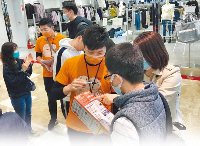 遠東巨城團隊不分前後勤、全體動員支援,協助排隊動線並預先提供購物諮詢,讓廠商加速銷售。(遠東巨城提供)