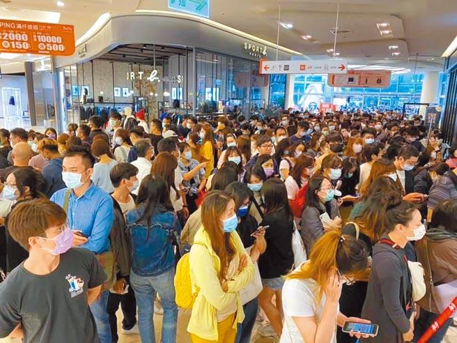 遠東巨城周年慶期間,每天等待開店的人潮滿滿。(遠東巨城提供)