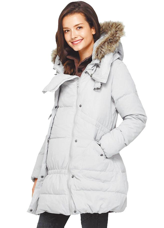 遠東巨城MAMAWAY媽媽餵親子兩用長版羽絨外套,原價4580元、特價1580元。(遠東巨城提供)