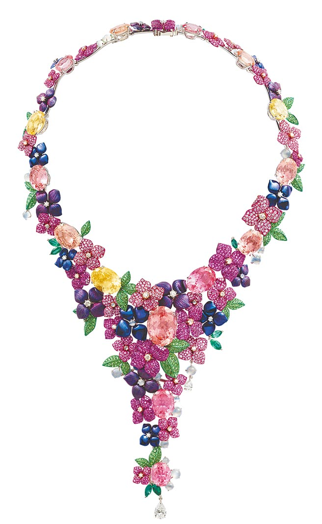 蕭邦Red Carpet花朵項鍊,以鈦金屬鑲嵌沙弗萊石、碧璽、粉紅剛玉、祖母綠、月光石等,充滿繁花似錦的春意。(CHOPARD提供)