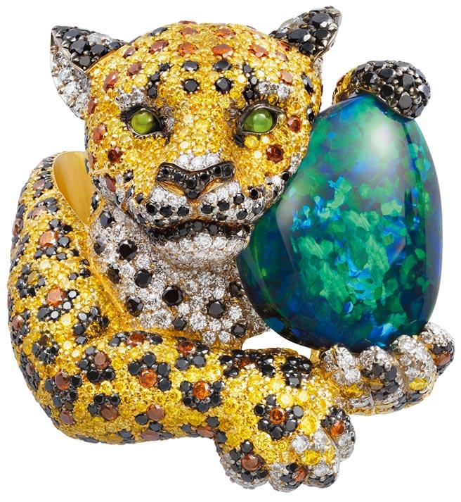 蕭邦Red Carpet花豹戒指,以公平採礦認證黃金鑲嵌彩寶,主石為黑蛋白石。(CHOPARD提供)