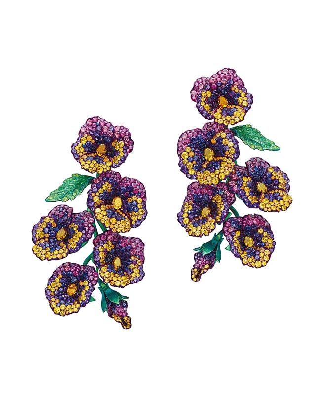 蕭邦Red Carpet花朵耳環,以鈦金屬鑲嵌彩寶,花朵輕盈搖曳。(CHOPARD提供)