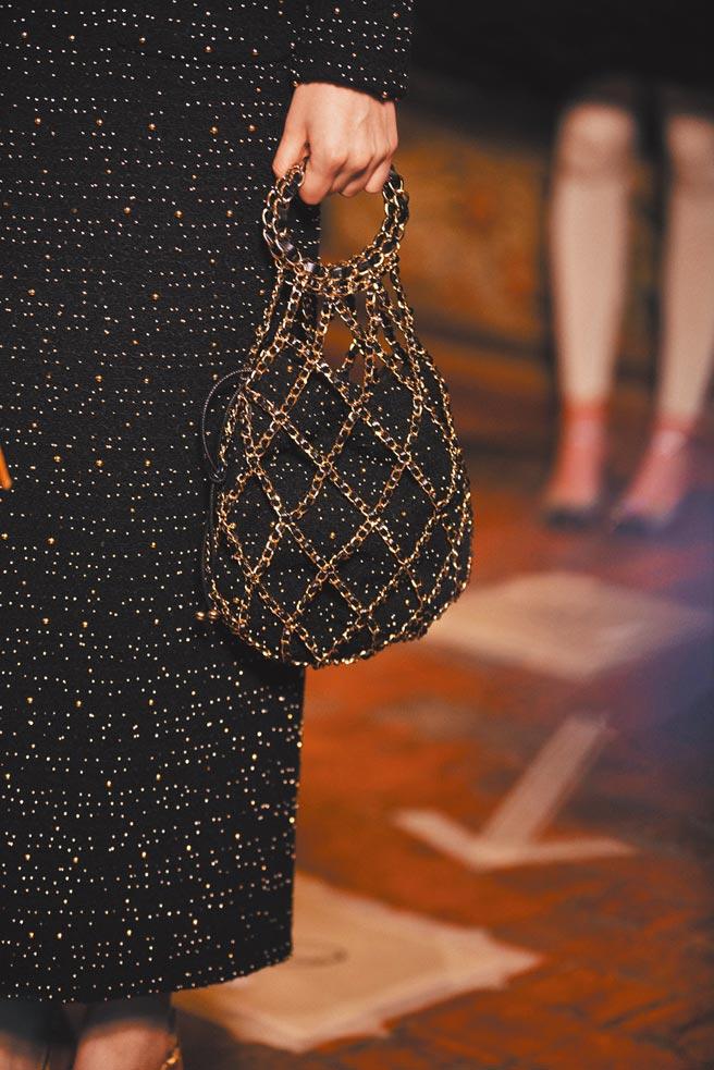 採用皮穿鍊設計的小型手拿包,具有強烈文藝復興感。(CHANEL提供)