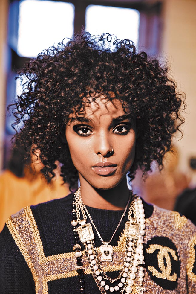 除了服裝強調女性力量外,妝容也特意加強眼部線條與眼影,為的是能讓人對女性的眼神印象深刻。(CHANEL提供)