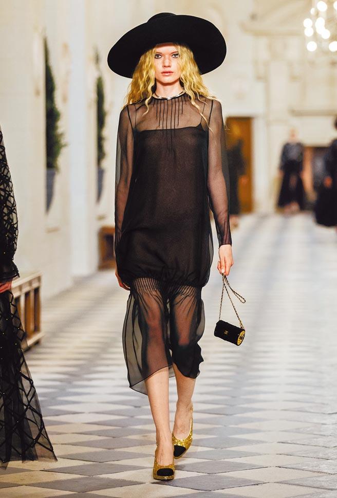 全黑色系的使用,呼應了凱薩琳德美第奇的全黑裝束。(CHANEL提供)