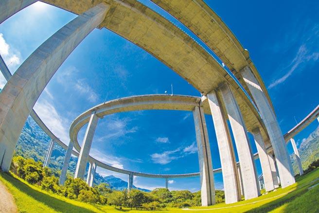 位於南投縣國姓鄉的「橋聳雲天」堪稱國道最美絕景。
