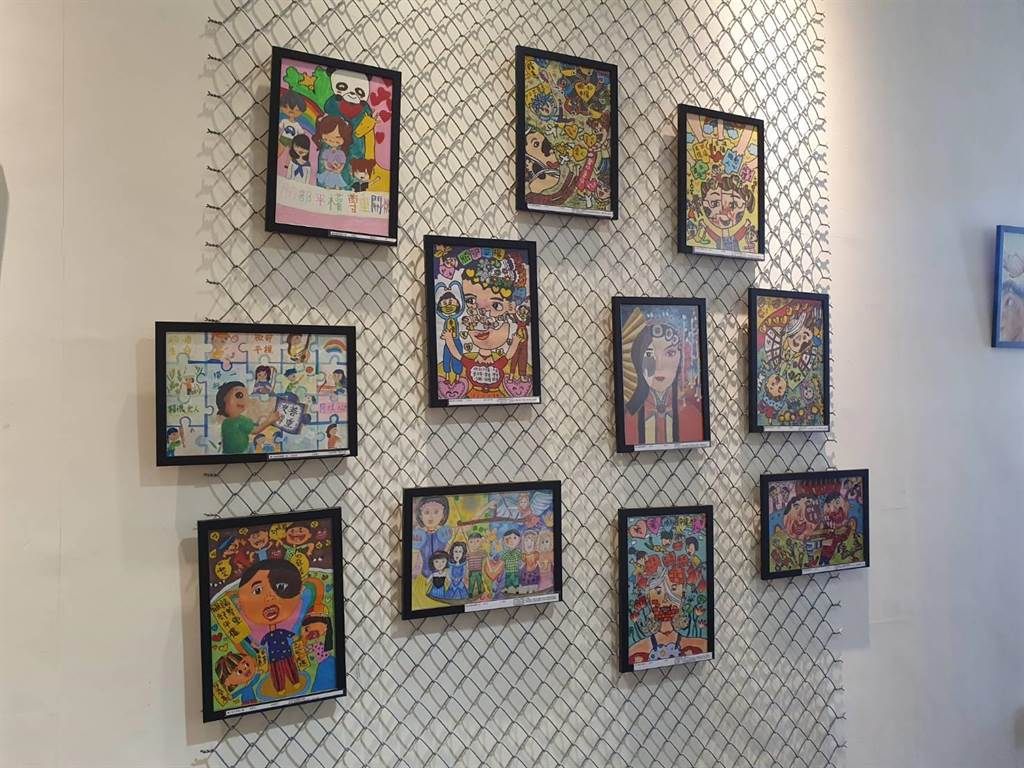 陽光基金會桃竹中心於桃園市興光堡壘舉行臉部平權畫作展覽,持續至12月底。(蔡依珍攝)