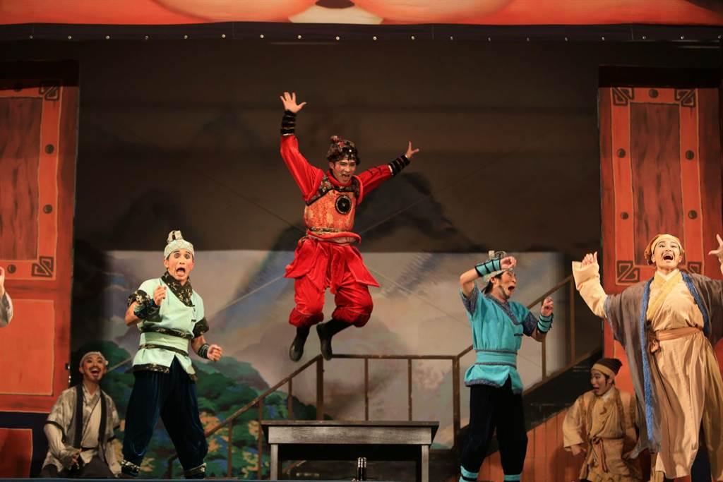 紙風車劇團今(6)日前進台中頭家國小帶來代表作《武松打虎》,在寒冷冬夜以熱鬧表演活絡民眾的心。(紙風車劇團提供)