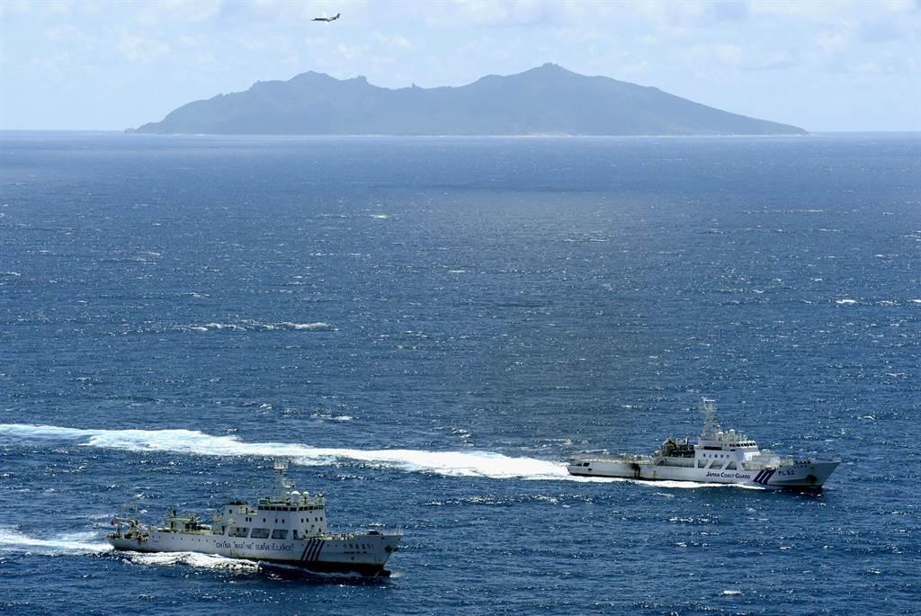 中日雙方海警船曾於釣魚島發生對峙,大陸更經常派遣空中的巡邏機與轟炸機到釣魚島海域巡弋,雙方軍機多次發生對峙。(圖/美聯社)