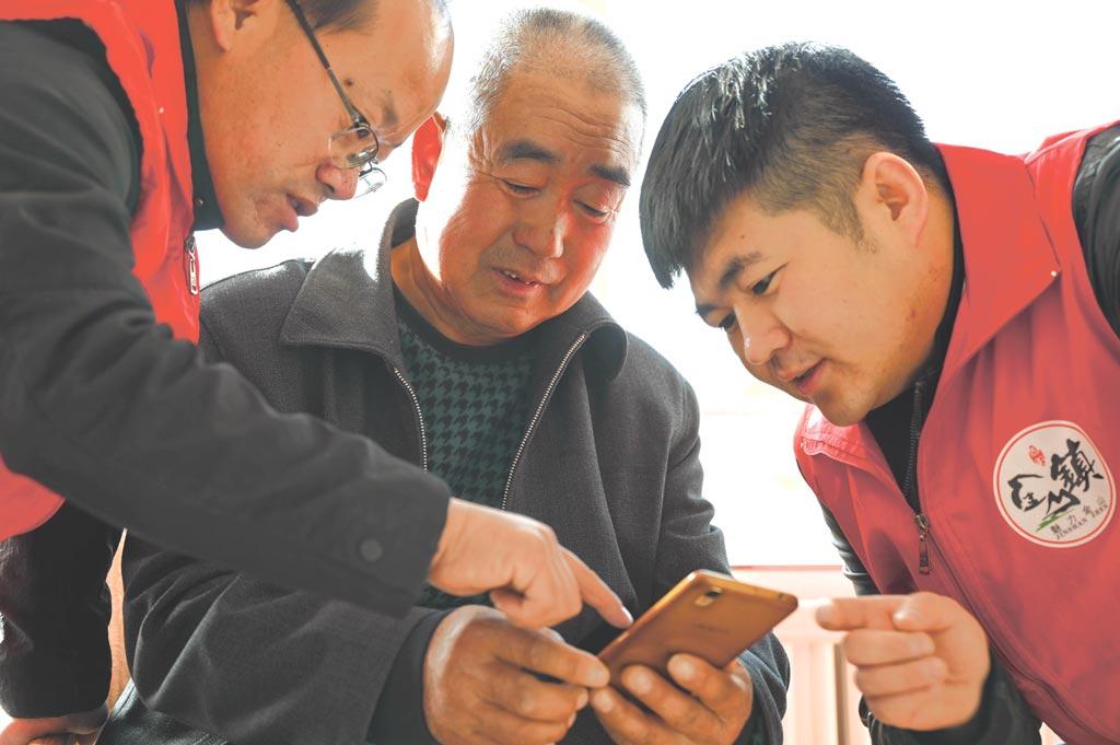 追趕智慧時代的老人圖╱新華社