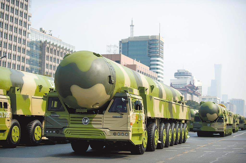 2019年10月1日,慶祝中華人民共和國成立70週年大會在北京隆重舉行。這是受閱的東風-41核導彈方隊通過東單路口。 (新華社)