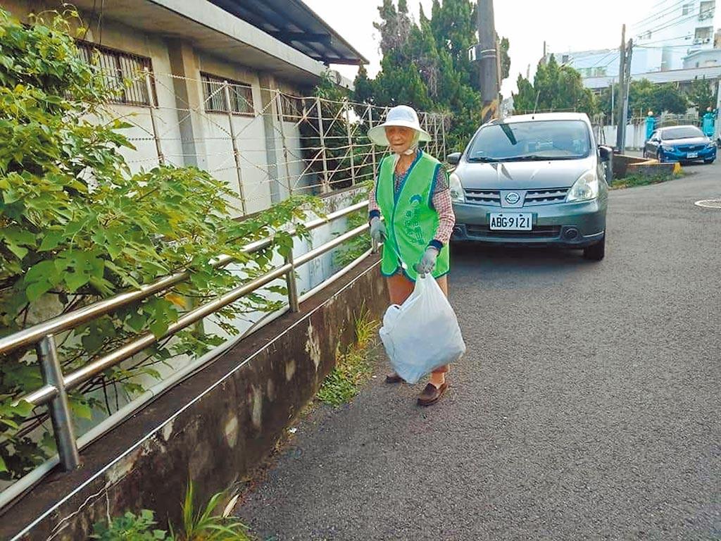 朝山里環保志工隊最年長隊員為97歲曾張梅阿嬤,7年前以90歲高齡加入環保志工隊。(新竹市府提供/邱立雅竹市傳真)
