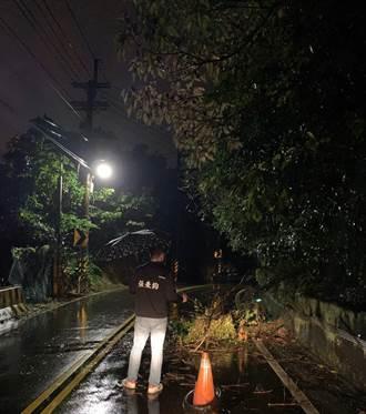 基隆安中產業道路夜半土石崩落 議員憂民眾迎面撞上 清晨急揪單位排除