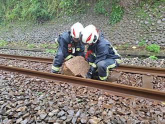 基隆火車三坑站70公斤落石 恢復雙線通行