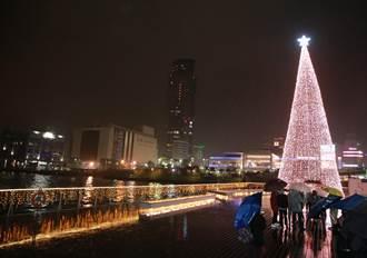 點亮台灣頭! 17米聖誕樹現身基隆港邊