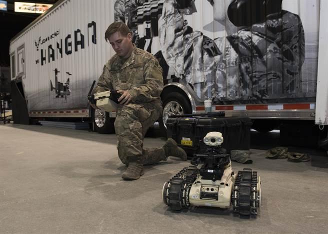 繼陸軍與廠商簽約,生產重型機器人後;空軍也打算依照自身需求尋找適合的EOD機器人。(圖/DVIDS)