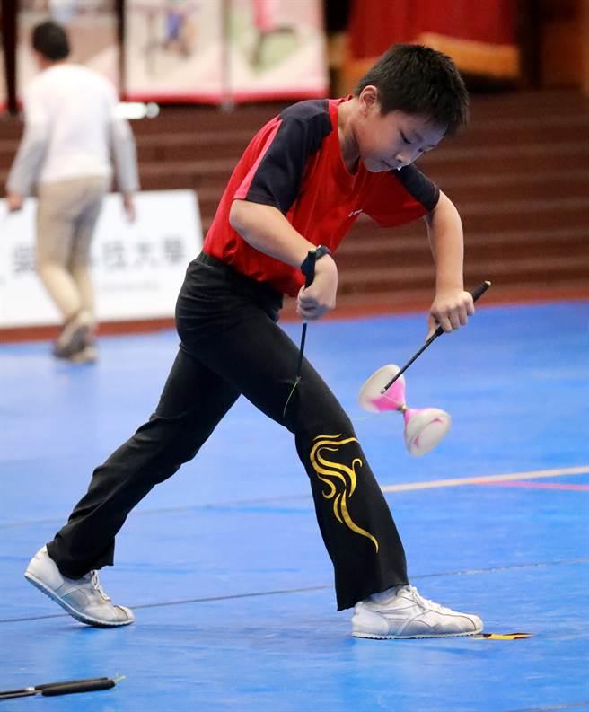 後龍國小王喆是今年的國小組「繞腳競速賽」的「人體電動馬達」。(照片提供:臺南大學/陳俊文攝)