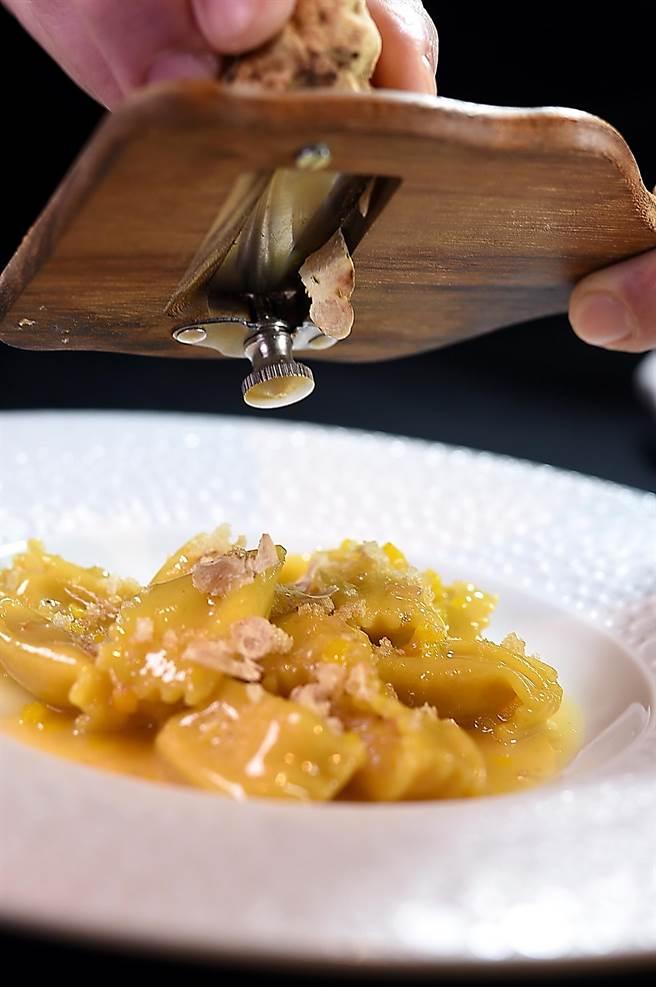義大利阿爾巴白松露正當令,但不是所有菜餚都適合配白松露,〈impromptu〉主廚Paul 特別設計了〈義大利栗子南瓜餃〉讓客人品味。(圖/姚舜)