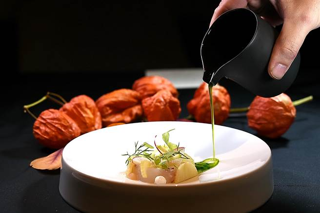 〈impromptu〉冬季新菜〈宜蘭角蝦〉,用了優格、薑汁、青蘋果汁、羅勒油和芹菜搭配提味。(圖/姚 舜)