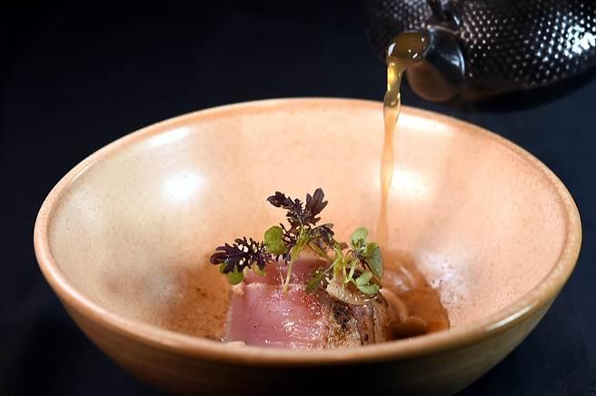 〈impromptu〉冬季新菜〈鰹魚〉,除會現刨柴魚粉外,並會再沖入昆布柴魚湯使整道菜的風味與口感更圓融飽滿。(圖/姚舜)