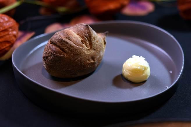 〈impromptu〉的佐餐麵包每季都不同風味,上一季是「湖南臘肉」,這季是「紅茶.葡萄乾」。(圖/姚舜)