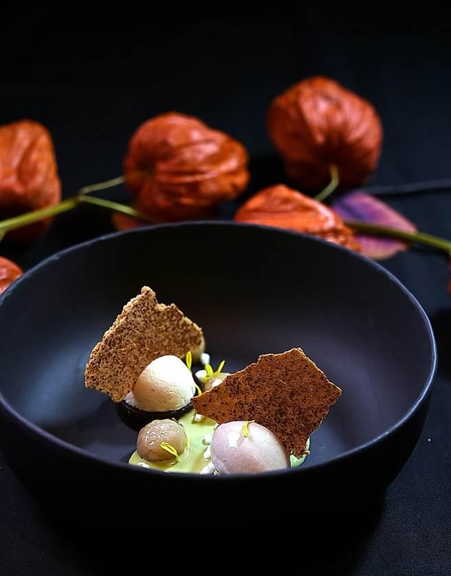 〈impromptu〉冬季菜單壓軸甜點,是以栗子慕斯、芋圓、脆餅、紅豆羊羹、抹茶醬與仙草冰淇淋等元素共構。(圖/姚舜)